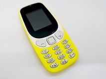 Klasyczny żółty telefon komórkowy czarny komunikacji koncepcji odbiorców telefon O fotografia royalty free