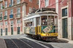 Klasyczny żółty tramwaj Lisbon, Portugalia Zdjęcie Royalty Free