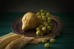 Klasyczny życie z bonkretami i winogronem wciąż Zdjęcie Stock