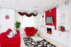 Klasyczny żywy izbowy wnętrze w bielu i czerwieni z grabą Zdjęcie Stock
