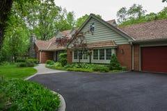 Klasyczny Amerykański Mieszkaniowy dom w obszarze zalesionym Fotografia Royalty Free