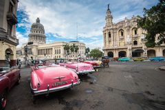 Klasyczny amerykański samochód i Capitolio punkt zwrotny w Hawańskim, Kuba Obrazy Royalty Free