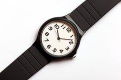 Klasyczny analogowy czarny i biały wristwatch na tle zdjęcie stock
