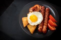Klasyczny Angielski śniadanie na czarnym stole Obfitość przestrzeń dla teksta Zdjęcia Stock