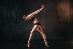 Klasyczny baletniczy tancerz w czarnym praktyki szkoleniu zdjęcie royalty free
