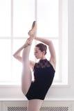 Klasyczny Baletniczy tancerz w rozszczepionym rozciąganiu, portret zdjęcie stock