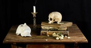 Klasyczny Barokowy życie w Vantias stylu z czaszką i maska na czarnym tle zdjęcie royalty free