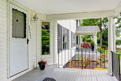Klasyczny biały wejściowy ganeczek z kolumnami i poręczami Zdjęcie Royalty Free