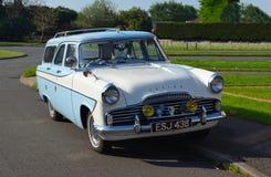 Klasyczny Błękitnej i białej Ford zodiaka nieruchomości Motorowy samochód Zdjęcia Stock