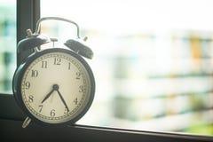 Klasyczny budzik na okno Obrazy Stock