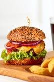 Klasyczny cheeseburger na drewnianej desce Obrazy Stock