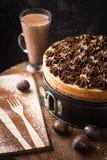 klasyczny cheesecake z czekoladową śmietanką w migocącym złocie zdjęcie stock