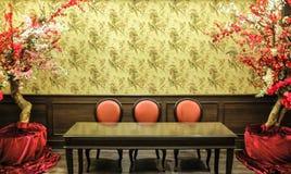 Klasyczny Chiński rocznika stylu krzesła i stołu Meblarski Ustawiający w Żywym pokoju Obrazy Royalty Free