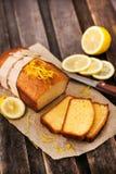 Klasyczny cytryna funta tort na nieociosanym drewnianym tle Fotografia Stock