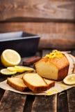 Klasyczny cytryna funta tort na nieociosanym drewnianym tle Obraz Royalty Free
