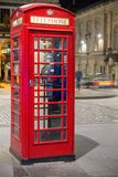 Klasyczny czerwony Brytyjski telefoniczny pudełko, nocy scena Obraz Stock