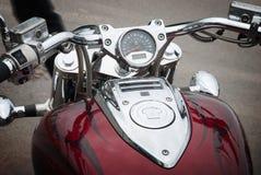 Klasyczny czerwony motocykl z chromu wyszczególniać Zdjęcie Stock