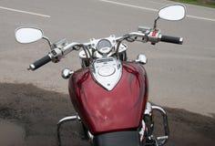 Klasyczny czerwony motocykl z chromu wyszczególniać Zdjęcia Stock