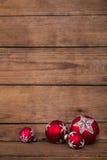 Klasyczny drewniany tło dla bożych narodzeń z czerwonym i białym bal obraz royalty free