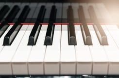 Klasyczny Fortepianowej klawiatury zbliżenie z ciepłym światłem i selekcyjną ostrością, muzycznych instrumentów pojęcie obraz royalty free