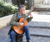 Klasyczny gitara gracz w Paryskim podwórzu Zdjęcia Royalty Free
