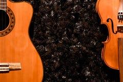 Klasyczny gitary i skrzypce zamknięty up widok na ciemnym tle zdjęcia stock