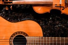 Klasyczny gitary i skrzypce zamknięty up widok na ciemnym tle obraz stock