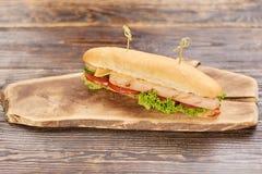 Klasyczny hot dog z kurczak kiełbasą Obraz Stock