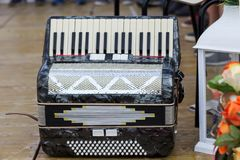Klasyczny instrument muzyczny akordeon w czarnym kolorze na scenie zdjęcie stock