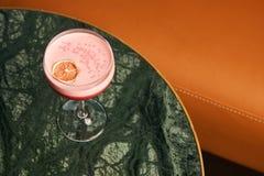 Klasyczny Katana koktajl na stole, zakończenie zdjęcia royalty free