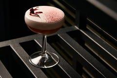 Klasyczny Katana koktajl na stole, zakończenie zdjęcie royalty free