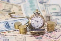 Klasyczny kieszeniowy zegarek, monety z banknotami 10 dolarów, 50 dolarów Fotografia Royalty Free