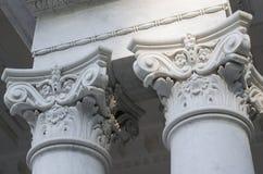 Klasyczny Koryncki stylowy kapitał na górze marmurowej kolumny obrazy stock
