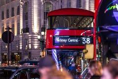 Klasyczny Londyński czerwony autobus w Bożenarodzeniowym czasie, Londyn Zdjęcia Royalty Free
