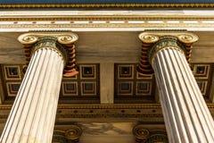 Klasyczny marmurowy filaru szczegół na fasadzie budynek obraz stock