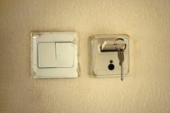 Klasyczny mechanika klucz z kartą w szczelinie aktywować elektryczność ja fotografia royalty free