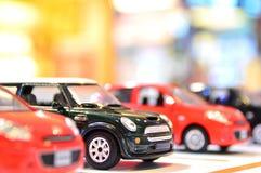Klasyczny mini model z nowożytnym samochodem Zdjęcia Royalty Free