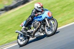 Klasyczny Moto Guzzi motocykl na biegowym śladzie Zdjęcie Royalty Free