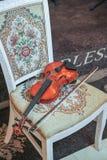Klasyczny muzyczny skrzypcowy rocznik, zamyka up Skrzypce na krześle Zdjęcia Royalty Free