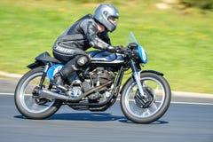 Klasyczny Norton motocykl na biegowym śladzie Zdjęcia Royalty Free