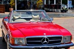 Klasyczny Odwracalny samochód - Czerwony Mercedez Benz 560SL Zdjęcie Stock
