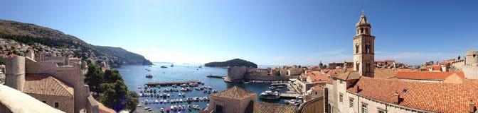 Klasyczny panoramiczny widok tradycyjni Śródziemnomorscy Starzy Grodzcy domy z czerwonymi kafelkowymi dachami, dokiem i malownicz obrazy royalty free