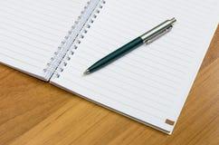 Klasyczny pióro i notatnik na drewnianym biurku Obraz Stock