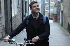 Klasyczny przyglądający mężczyzny przewożenia bicykl na piętrze obraz stock