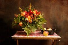 Klasyczny rocznika wciąż życie z bukietem kwiaty i jabłka zdjęcie stock