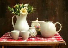 Klasyczny rocznika wciąż życie z bukietem kwiaty i kawa obraz stock