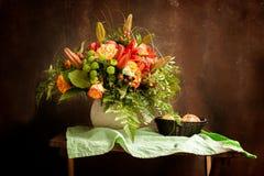 Klasyczny rocznika wci?? ?ycie z bukietem kwiaty i jab?ka zdjęcie stock