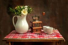 Klasyczny rocznika wci?? ?ycie z bukietem kwiaty i kawa obrazy royalty free