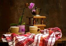 Klasyczny rocznika wci?? ?ycie z bukietem kwiaty i kawa obraz stock
