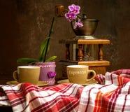 Klasyczny rocznika wci?? ?ycie z bukietem kwiaty i kawa zdjęcie stock